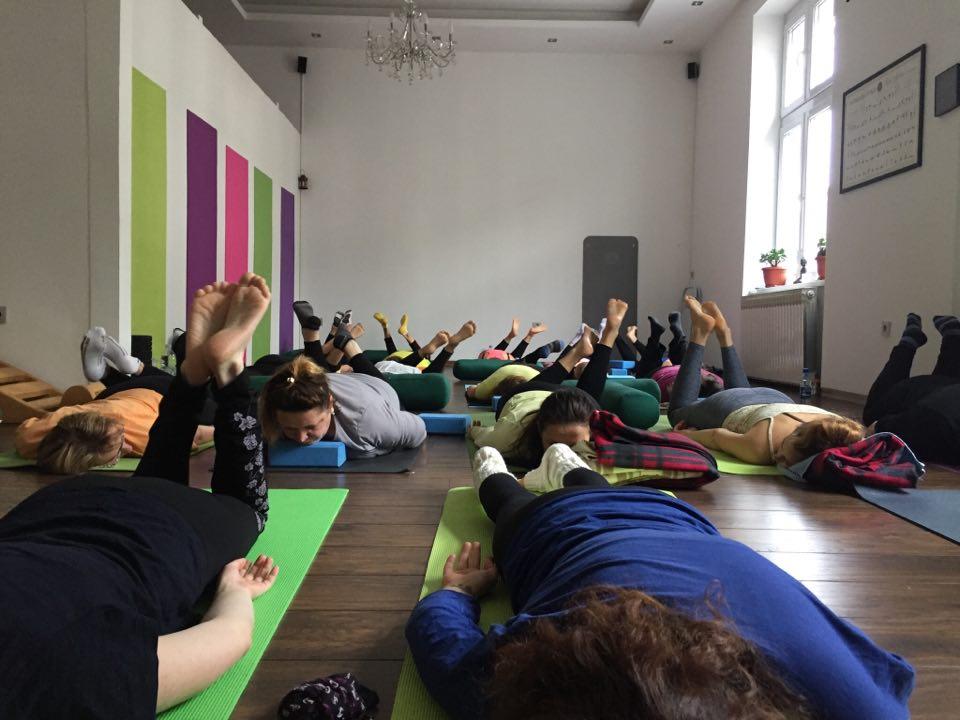 Učitelji joge koji se upoznaju sa studentima